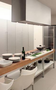 is that a custom cutting board or part of the counter?  1321547495-guilherme-torres-bl-house-17.jpg 1,000×1,610 pixels
