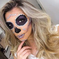 VÍDEO NOVO NO AR!  Glamorous Skull <3 Assista AQUI: https://www.youtube.com/watch?v=QMCAWUyJDSk  OBS.: Gente, não é caveira mexicana tá? Fiz a caveira nos mesmos aspectos que a primeira versão que trouxe para vocês mas de uma forma mais simples, sem muitos detalhes e com aspecto mais glamouroso. Não fiz os desenhos típicos de uma caveira mexicana e continuo com a opinião que devemos respeita a religião alheia. Por favor, sabiam diferenciar as inspirações :)