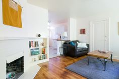 Casa en Oakland, Estados Unidos. Walk down a pathway from the street, under a beautiful Japanese Maple, alongside abundant Jade, and find your private retreat in Oakland.  Your apartment has a spacious living room, a comfortable bedroom with a view, a den with a desk and fluffy d...