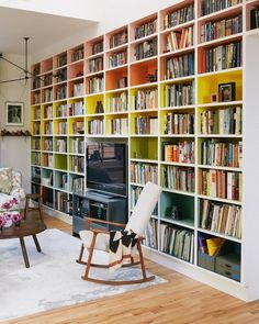 Those painted bookshelves / A CUP OF JO: New York City apartment tour Bookshelves Built In, Built Ins, Book Shelves, Painted Bookcases, Bookshelf Wall, Tv Bookcase, Apartment Bookshelves, Bookshelf Storage, Bookshelf Design