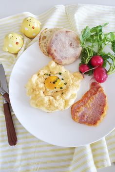 A light and fluffy version of the sunny side up egg! Fluffy Eggs, Egg Nest, Recipe Of The Day, Brunch, Yummy Food, Easter, Meals, Breakfast, Recipes