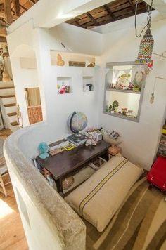 階段を上がるとそらちゃんの部屋が現れる。身近なもので作る工作が得意。