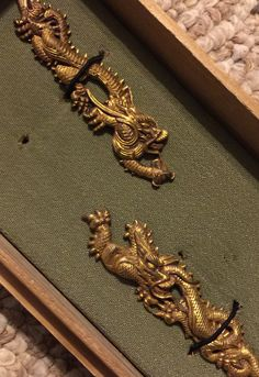 Dragon menuki for Tadayoshi daisho from the collection of David W. Japanese Legends, Small Sword, Engraved Knife, Japanese Sword, Asian Design, Samurai Swords, Painted Boxes, Metal Crafts, Gold Paint