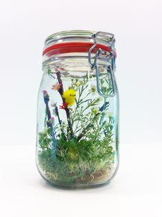 HEMA pasen - Weckpot wordt paaskuikentuin Nodig: Glazen (weck)pot, kleine HEMA kuikentjes, takjes, bloemetjes, tuinkers 1. Doe de tuinkers onderin de pot 2. Creëer een leuk voorjaarstafereel met de kuikentjes en het groen