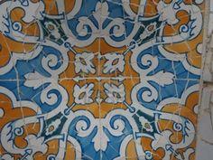 jugendstil stijl, dit zijn tegels in het beroemde park : Parc Guell