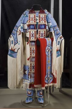 Juanita Growing Thunder Fogarty is an award-winning Assiniboine-Sioux bead worker and porcupine quill worker, who creates traditional Northern Plains regalia. Native American Regalia, Native American Clothing, Native American Beauty, Native American Beadwork, Native American History, Native Beadwork, American Symbols, American Apparel, Vetements Clothing