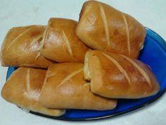 1 pacotinho de fermento para pão (10g)  - 3 colheres (sopa) de açúcar  - 1 copo (requeijão) de leite integral morno  - 1 copo (requeijão) de água morna  - 2 ovos inteiros  - 1 copo (requeijão) de óleo  - 1 colher (sopa) de sal  - 1 kg e 1/2 de farinha de trigo (use primeiro 1 kg e vá colocando o restante aos poucos até atingir o ponto certo)  - Recheio:  - Presunto e queijo a gosto