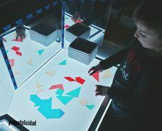 Hoy voy a enseñarte un montón de ideas y materiales que usamos en casa para aprender, jugar y experimentar con la mesa de luz.   ... Reggio Emilia, Sensory Activities, Light Table, Ideas Para, Education, Facebook, Natural, Instagram, Gardens