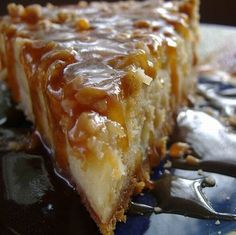 Betty Crocker says, bits of crunchy chocolate-covered toffee are the tasty surprise in an easy, foolproof cheesecake. Caramel topping and pecans is the extra WOW! Recipe tweaked by me. Toffee Cheesecake, Mini Cheesecake Recipes, Recipe For 4, Toffee Bars, Easy Pie, Kraft Recipes, Easy Recipes, Love Food, Meals