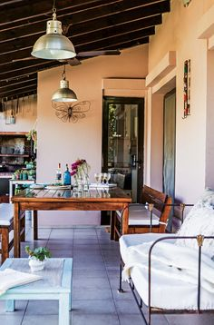 Galería en tono siena con vetas rosadas que crea una atmósfera de romanticismo agreste en la casa de la decoradora Vero Palazzo. Ranch Exterior, Bungalow Exterior, Exterior Stairs, Stucco Exterior, Craftsman Exterior, Grey Exterior, Cottage Exterior, Exterior Design, Exterior Shutters