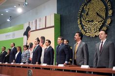 EPN anuncia nuevos programas educativos, mientras maestros se plantan frente a Segob