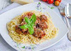 Spaghette cu chiftele in sos de rosii Spaghetti, Pasta, Ethnic Recipes, Noodles, Noodle, Pasta Dishes