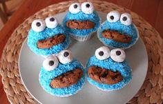 Schritt 5: Krümelmonster fertigstellen - Krümelmonster-Muffins: einfaches Rezept - Jetzt muss es schnell gehen, da der Guss recht fix fest wird. Wälzt als erstes den oberen Teil der Muffins in den blauen Kokosraspeln. Bessert zur Not ein wenig nach...