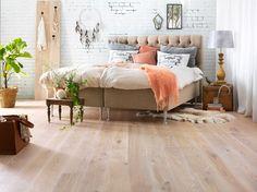 Jakten på drømmegulvet - Byggmakker+ Varme toner. Tarketts Vintage-serie har naturlige merker og ujevnheter som gir gulvet et industrielt og autentisk uttrykk. Den mørke fargen på gulvet gir varme til interiøret.