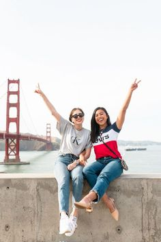 How to Pose with Friends: 10 Ideas You and Your BFFs Can Try bff photoshoot Bff Pics, Photos Bff, Friend Photos, Cute Friend Poses, Cute Friend Pictures, Poses With Friends, Friend Picture Poses, Cute Friends, Friend Poses Photography