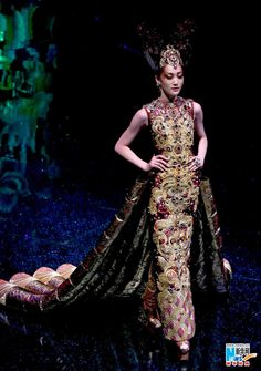 """2012 In Beijing Senior Fashion Conference """" Dragon Story """"  By Guo Pei"""