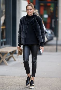 Fashion: Olivia Palermo in a casual look - street style - Olivia Palermo in a completely black outfit with leggings and fake fur jacket - Olivia Palermo Street Style, Olivia Palermo Outfit, Olivia Palermo Lookbook, Olivia Palermo Winter Style, Olivia Palermo Fur, Fashion Mode, Nyc Fashion, Fashion Weeks, Look Fashion