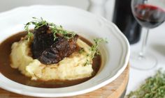 Hovězí líčka na víně Slow Cooked Beef Cheeks, Kfc, Pesto, Red Wine, Mashed Potatoes, Sushi, Slow Cooker, Food And Drink, Meals