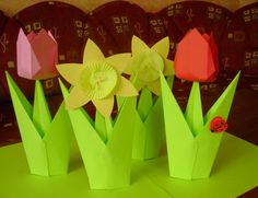 Na výrobu 1 ks tulipánu budeme potřebovat: 1 barevný papír na květ, 2 zelené papíry na stonek s listy, nůžky, lepidlo Na květ tulipánu budeme potřebovat čtverec o velikosti 14×14 cm. 1. Čtverec poskládáme přesně na polovinu tam a zpět, aby vznikly záhyby. 2. – 3. Čtverec obrátíme na druhou stranu, rohy složíme do středu …