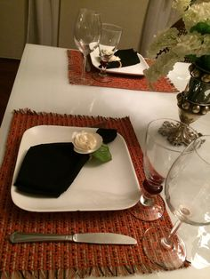 Jogo americano em algodão na cor telha com guardanapo preto e pg de rosa bege de cetim. Produto Veigalle artesanatos finos.