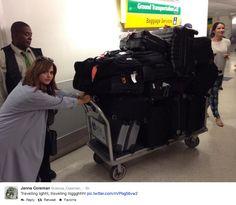 Olha o tanto de bagagem que a Jenna tem que levar na turnê!