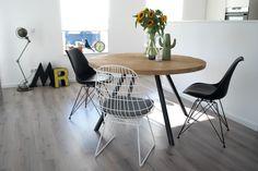 Ron de tafel! Zo hebben wij deze mooie ronde tafel genoemd! De eenvoud van een rustiek eiken tafelblad en een blank stalen onderstel maken deze eettafel geweldig! De afgebeelde tafel heeft een diameter van 130cm. Deze tafel is zoals elke RUW tafel in elke gewenste afmeting te maken. Kijk op www.ruw-meubelen.nl voor meer informatie.