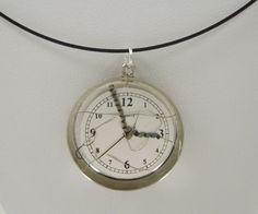 Collier montre, a la bonne heure, mécanisme montre, copeaux d'aluminium, résine @long-nathalie : Collier par long-nathalie