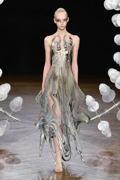 Find tips and tricks, amazing ideas for Haute couture. Discover and try out new things about Haute couture site Fashion Week, Fashion Art, Runway Fashion, High Fashion, Fashion Show, Fashion Design, Haute Couture Style, Haute Couture Dresses, Chanel Couture