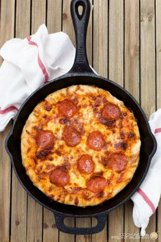 Pizza Recipes 80222 Cast iron skillet pizza is unlike any other homemade pizza, because a cast iron skillet creates a crisp, chewy crust. Pan pizza lovers go crazy for this cast iron skillet pepperoni pizza recipe! Cast Iron Skillet Cooking, Iron Skillet Recipes, Cast Iron Recipes, Skillet Meals, Cast Iron Pizza Recipe, Pan Pizza Crust Recipe, Deep Dish Pizza Recipe, Tater Tots, Sauce Pizza