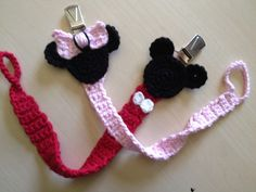 Crochet pacifier clip idea: Minnie and Mickey Crochet Bib, Cute Crochet, Crochet For Kids, Crochet Crafts, Crochet Toys, Crochet Projects, Crochet Pacifier Holder, Crochet Disney, Dummy Clips