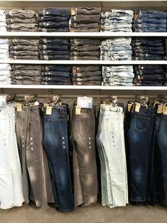 jeannerie homme Kiabi. Boutique Interior, Clothing Store Interior, Clothing Store Displays, Clothing Store Design, Showroom Interior Design, Denim Display, Mode Choc, Store Layout, Retail Store Design