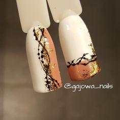 """Polubienia: 22, komentarze: 1 – Aleksandra Gaj (@gajowa_nails) na Instagramie: """"Biało karmelowa wariacja ze złotymi płatkami #semilac #nails #nailart #hybrid #hybridnails…"""""""