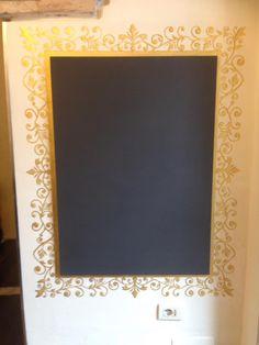 Pittura su muro con pannello multifunzionale lavagna