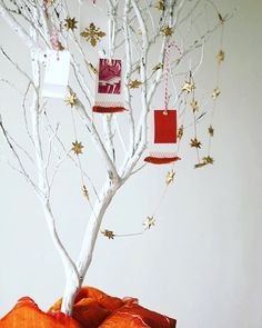 We love this for a - make cards and hang one up every day in the lead up to Christmas with something you're or for. See Good online for Grateful, Thankful, Cool Magazine, Diy Weihnachten, Handmade Crafts, Our Love, Crafts To Make, Embellishments, Christmas Crafts