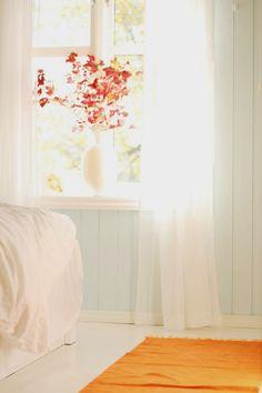 Vegg: Valmuesøster fra Fargerike Small Places, Bedroom Orange, Sweet Home, Nursery, Cottage, Colours, Curtains, Cabin Ideas, Walls
