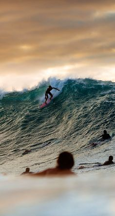 #lufelive @lufelive #surf #surfing Derek Ho at Pipeline.