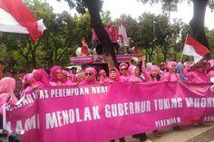 "Beri Kado Pakaian Dalam Pink Ibu-Ibu Sebut Ahok Banci  FPI Online Jakarta - Puluhan ibu-ibu yang mengatasnamakan diri sebagai Solidaritas Perempuan NKRI memberikan kado untuk Gubernur DKI Jakarta Basuki Tjahaja Purnama (Ahok). Karena demonya tidak ditanggapi Ahok mereka pun melempar kado untuk orang nomor satu di Jakarta itu. ""Jika Pak Ahok enggak mau keluar baik kami akan lempar saja nih (kadonya) ini buat bapak"" kata koordinator aksi Andi Rini Sukmawati dari atas mobil komando di lokasi…"