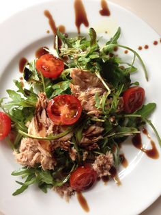 Tuna on ruccola/rocket bed. With tomato and valsamic vinegar is