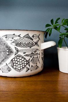Kettle design Kaj Franck for Finel, Finland. Pattern Design Neptun by Esteri Tomula. Love the photo <3