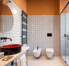 Patricia Urquiola to jedna z najbardziej znanych projektantek. Twórczość Hiszpanki kojarzona jest z mocnymi kolorami i pełnymi energii wzorami. Niedawno, w Mediolanie otwarto butikowy hotel - Room Mate Giuila, za którego projekt odpowiada Urquiola. Co ciekawe w lobby hotelowym znalazła się posadzka