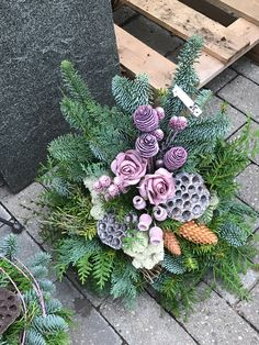 Here are 16 awesome ideas for diy Christmas decorations. Christmas Flower Arrangements, Funeral Flower Arrangements, Christmas Flowers, Beautiful Flower Arrangements, Floral Arrangements, Christmas Wreaths, Christmas Decorations, Grave Flowers, Cemetery Flowers
