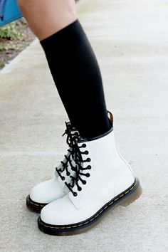 White doc martens with overknees Sock Shoes, Cute Shoes, Me Too Shoes, Shoe Boots, Shoes Boots Combat, Dress Boots, Ugg Boots, Doc Martens Outfit, Doc Martins Boots