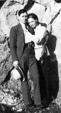 Possibly the most famous and most romanticized criminals in American history, Bonnie Parker and Clyde Barrow were two young Texans whose ear. Rare Pictures, Historical Pictures, Rare Photos, Old Photos, Vintage Photos, Bonnie And Clyde Death, Bonnie And Clyde Photos, Bonnie Clyde, Bonnie And Clyde Tattoo