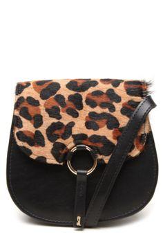 Bolsa Tiracolo Couro Santa Lolla Textura Preta, com lapela texturizada em pêlo animal print, alça tiracolo de 120cm, tag posterior da marca, compartimentos internos e fecho em botão magnético. Mede 17x15x9cm (LxAxP).