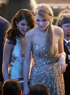 Selena Gomez eats her shoulder at awards shows. I love their friendship. AHAHAHAHAHAHAHA