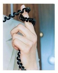 Jouer avec le fil du téléphone en parlant!pas moyen de s'isoler quand nos petits copains appelaient!