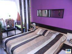 Ettől a lilától falra másznánk, de a térelválasztó faoszlopok egészen meghitté teszik a szobát.