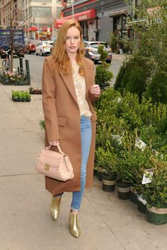 Kate Bosworth amped up her off-duty look, topping off a neutral top and skinnies with a tailored camel coat, a nude Trussardi bag, and high-shine Max Mara metallic gold ankle boots. Krysten Ritter, Keri Russell, Brunch Outfit, Kirsten Dunst, Keira Knightley, Kristen Stewart, Casual Chic, Casual Fridays, Casual Attire