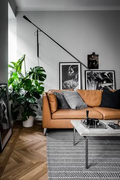 Add decorative glamour and space to your living room with 265 wall lamp by Paolo Rizzatto for FLOS. Flat Interior, Home Interior, Interior Design Living Room, Living Room Designs, Boho Living Room, Living Room Sofa, Home And Living, Living Room Decor, Scandinavian Home