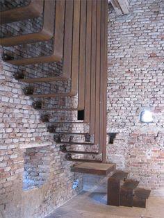 jeroenapers:    Een fijne industriële roestige trap tegen het kale metselwerk in het Museo di Castelvecchio in Verona. Hoe hip & modern het er ook uit ziet, het is in de jaren 60 ontworpen door Carlo Scarpa.   (via Archilovers)